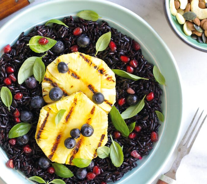 Czarny ryż z grillowanym ananasem, borówkami, granatem i bazylią