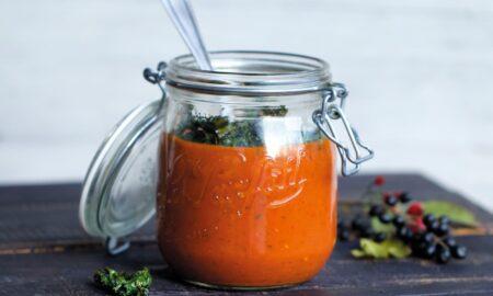 Zupa krem pomidorowo-paprykowa i chipsy z jarmużem