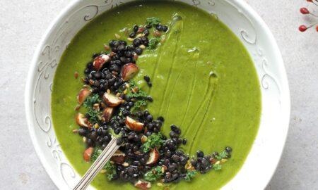 Zupa krem z brokułu z czarną soczewicą i orzechami laskowymi