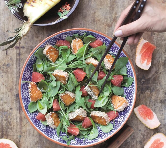 Sałatka z łososiem w sezamie i grejpfrutem