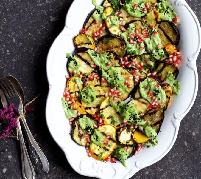 Grillowane warzywa z granatem, sosem pietruszkowym i czarnuszką