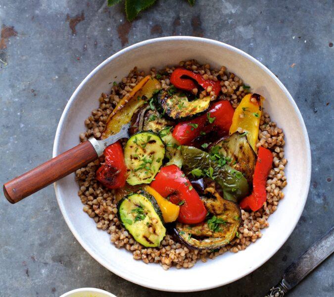 Gryka z pieczonymi warzywami i sosem migdałowym