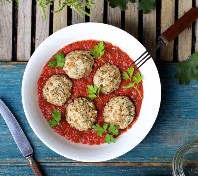 Pulpety z selera i orkiszu w sosie pomidorowym