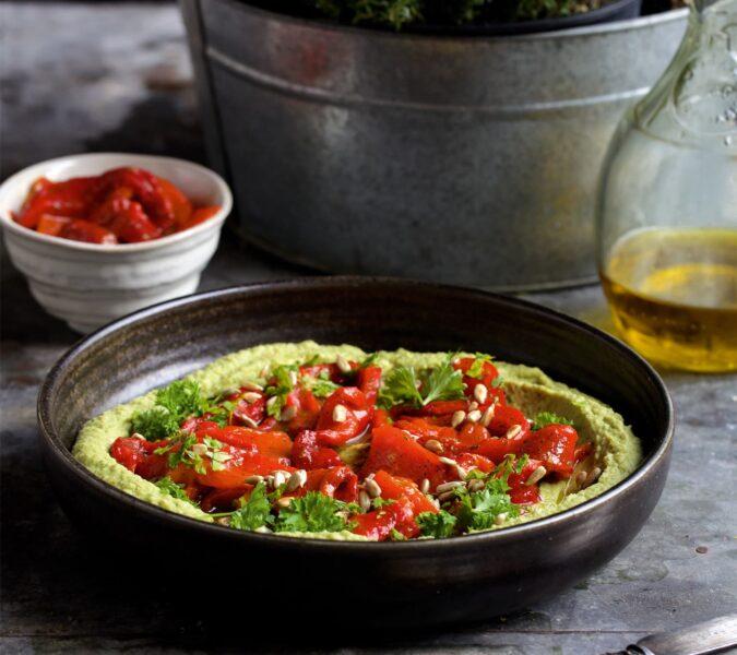 Hummus pietruszkowy z pieczoną papryką i prażonymi nasionami słonecznika