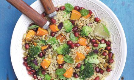 Sałatka na ciepło z pieczoną dynią, brokułem, komosą ryżową i prażonymi pestkami dyni