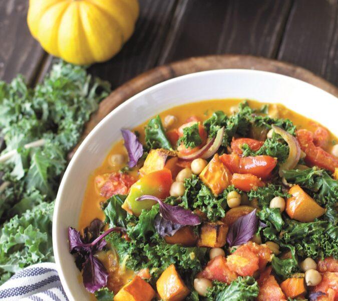 Gulasz à la curry z pieczoną dynią, jarmużem i cieciorką