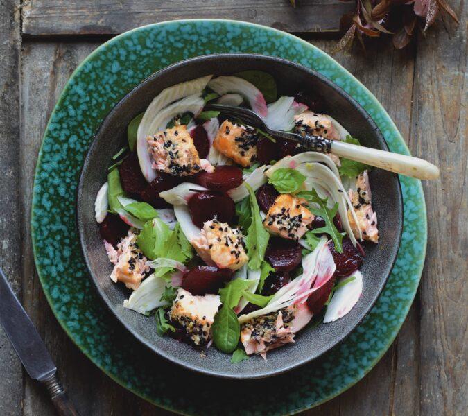 Sałatka z fenkułem, burakiem i łososiem w sezamie