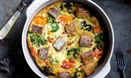 Warzywny omlet z chlebem orkiszowym