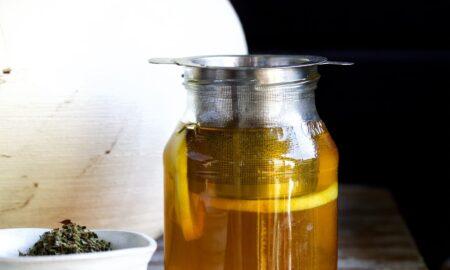 Cytrynowy napar z melisy i dziurawca