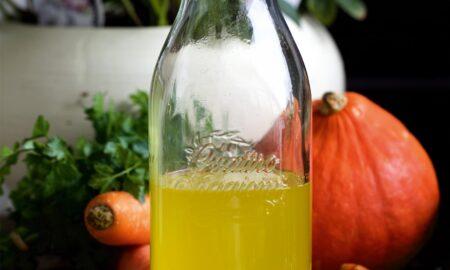 Makrobiotyczny napój ze słodkich warzyw z kurkumą