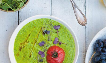 Zupa jaglana z cukinią, rukolą i pieczonym pomidorem