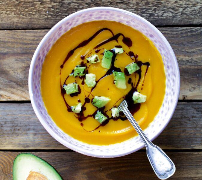 Zupa krem dyniowo-selerowa z awokado i olejem dyniowym